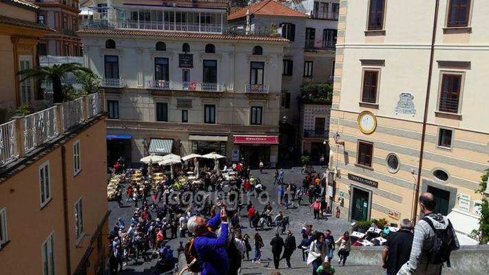 Un tuffo nella storia, nelle cultura, nel mondo della antica repubblica marinara di Amalfi. Ecco il viaggio che oggi ci propone Catia D'Antoni di Viaggingiro.it. E a noi non resta che ascoltare...