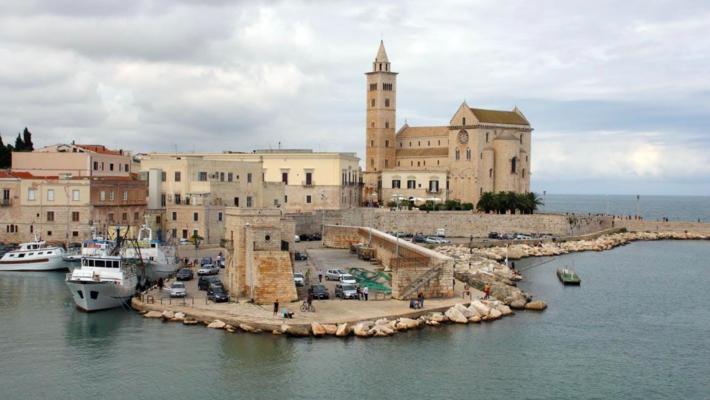 """L'osservatorio regionale del turismo di """"Puglia Promozione"""" ha fornito i dati relativi al periodo 2019-2020. Da questi dati emerge in modo importante quanto sia vivo e in crescita il turismo in Puglia.Nel 2019 gli arrivi registrati sono pari a 4.2 milioni, dunque un bel +4% rispetto al 2018. 15,5 milioni le presenze, quindi +2%, 1,2 milioni gli arrivi dall'estero, +11,5%, e 3,8 milioni i pernottamenti internazionali, +8%.Per quanto riguarda il turismo interno, altresì, sono 3 milioni gli arrivi nazionali, +1%, 11 milioni di pernottamenti di italiani, +0,1%, 3,7 notti di permanenza media. La Regione Puglia si posiziona all'ottavo posto a livello nazionale per presenze su venti Regioni dunque, con il 3,54%."""